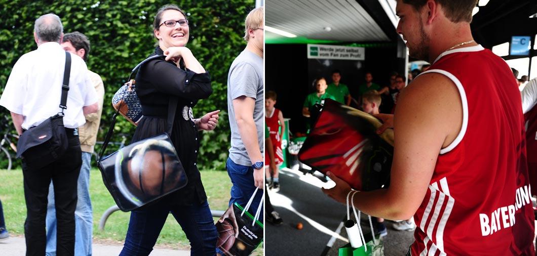 glückliche Fans von Alba Berlin und Bayern München mit Ihren Vereinstaschen